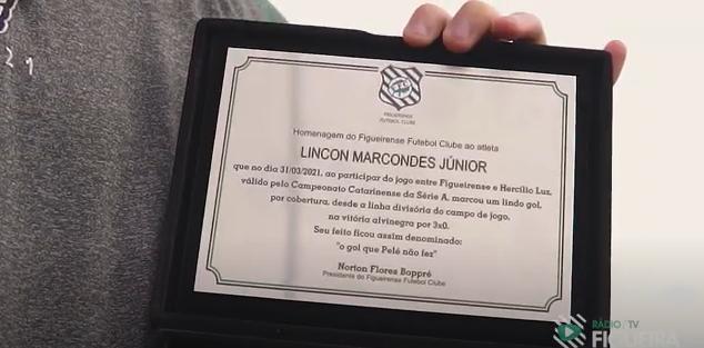 Lincon recebe uma placa gol anotado no estádio Orlando Scarpelli – Foto: Reprodução/TV Figueira