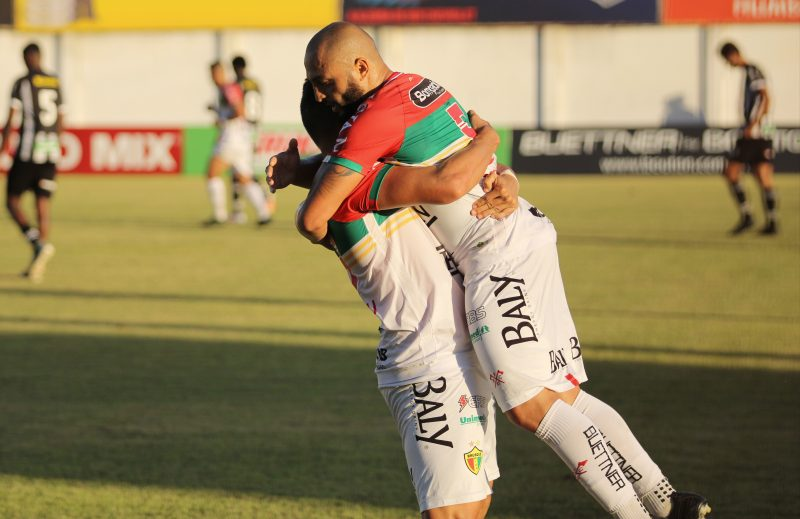 Jogadores do Brusque comemoram gol