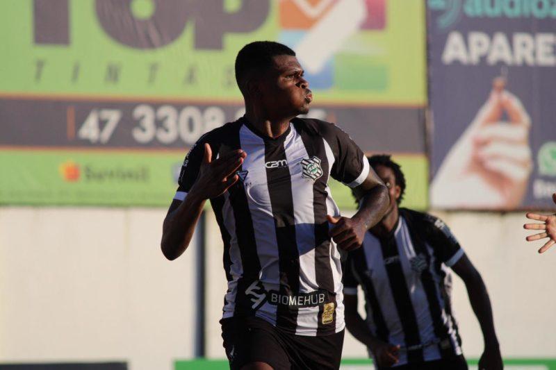 Khevin comemora gol pelo Figueirense