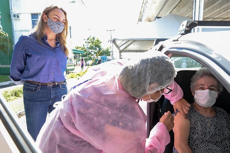 Governadora Daniela Reinehr (sem partido) acompanhou a vacinação a idosos de 66 anos em Florianópolis na manhã deste sábado (10) – Foto: Mauricio Vieira/Secom/Divulgação/ND