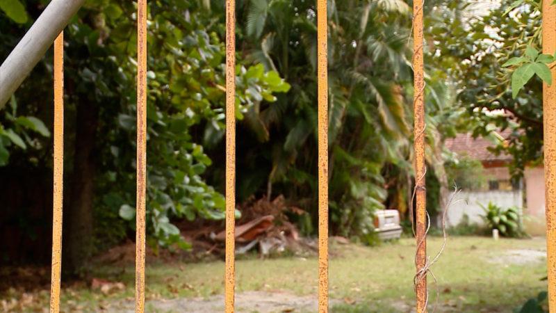 Menino ficou muito tempo inconsciente, com a cabeça presa na grade, em Itajaí – Foto: Arquivo NDTV Record Itajaí