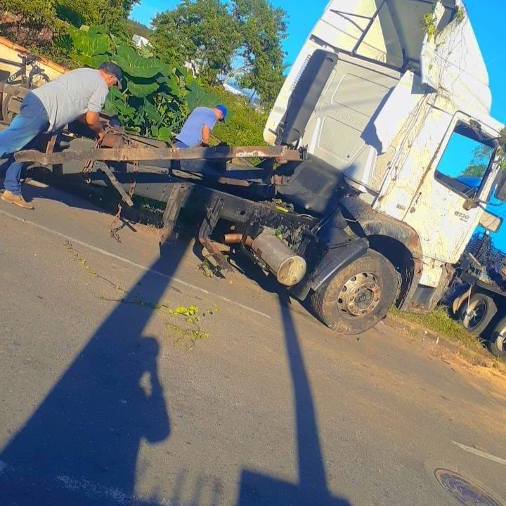 Caminhão foi partido ao meio - Gusttavo Santana/Facebook/ND