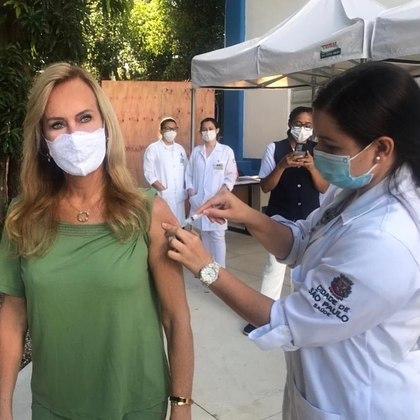 Helô Pinheiro, mãe da apresentadora Ticiane Pinheiro, da Record TV, também foi vacinada - Reprodução/Instagram