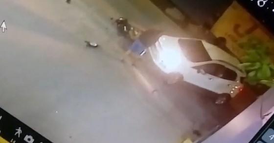 O vídeo de um acidente que ocorreu na noite desta sexta (16) em Joinville impressiona: é que o motociclista envolvido na colisão simplesmente caiu em pé! Veja as imagens – Foto: Divulgação/ND