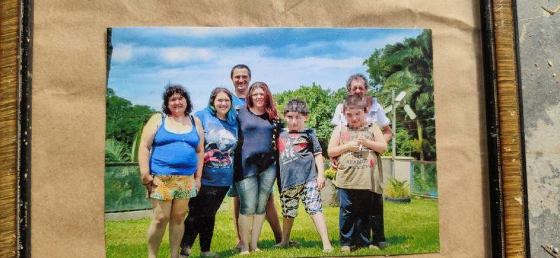 Da esquerda para a direita: avó de Gessica, Gessica, Claudinei Tizon (atrás), Claudete Tizon (mãe da vítima), avô de Gessica (materno) – Foto: Reprodução/ND