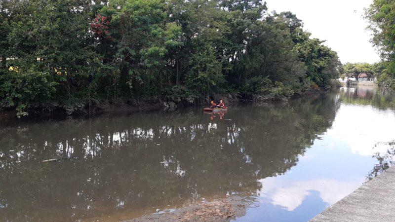 Bombeiros voluntários seguem fazendo buscas pela vítima no rio – Foto: Marcelo Thomazelli/NDTV