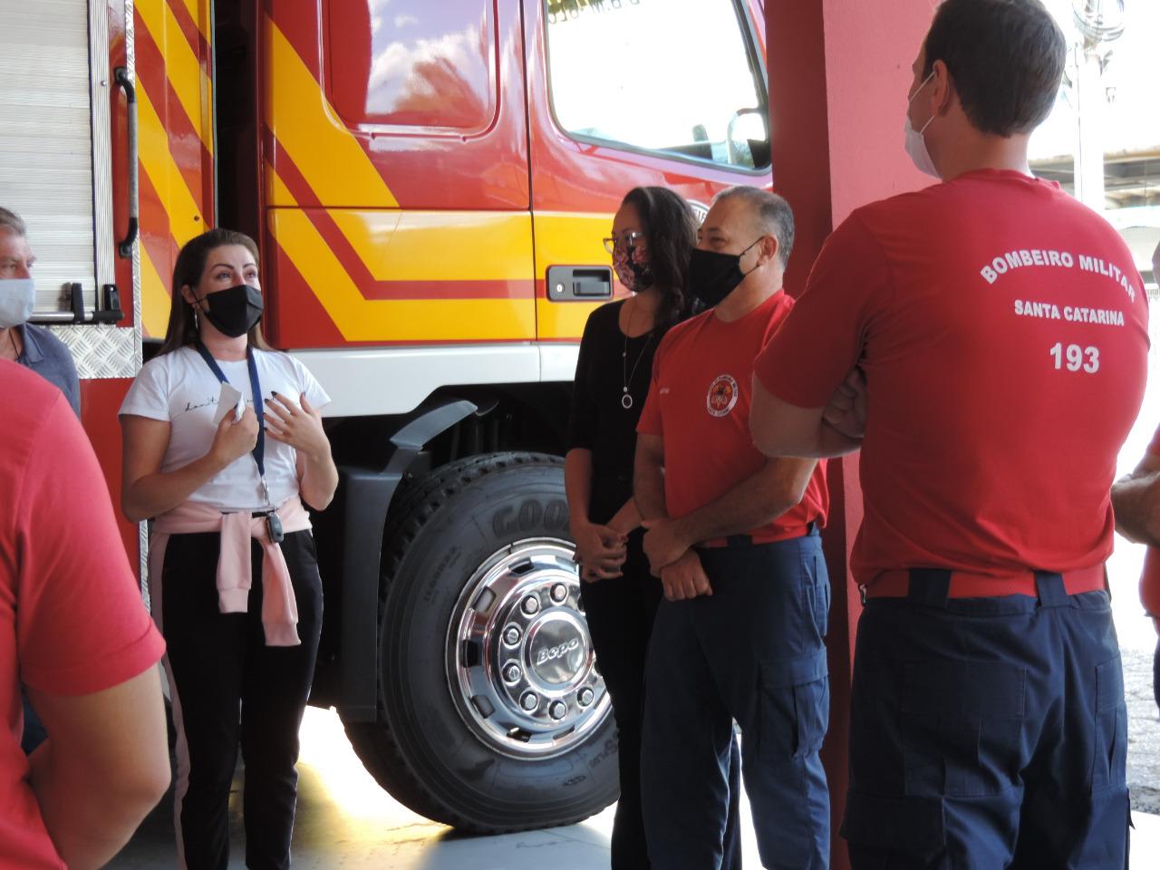 A professora de Biologia Alinne Petris fez questão de agradecer e homenagear os bombeiros que a socorreram - Arquivo Pessoal/Alinne Petris