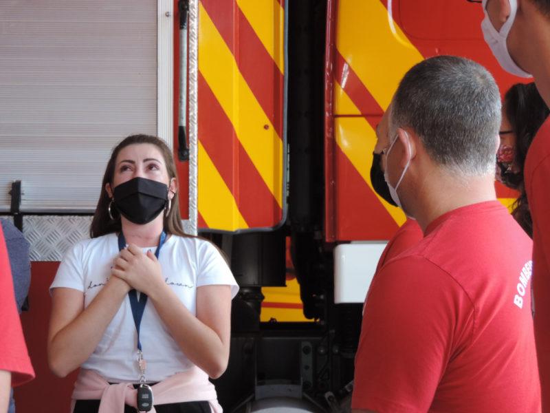 A professora de Biologia Alinne Petris fez questão de agradecer e homenagear os bombeiros que a socorreram – Foto: Arquivo Pessoal/Alinne Petris