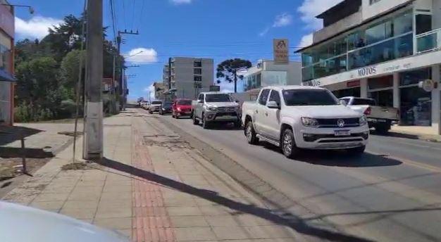 Diversos moradores de São Joaquim estiveram presentes em seus carros prestando a última homenagem ao radialista – Foto: Divulgação/ND
