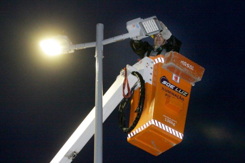 Depois de seis meses, a manutenção da iluminação pública finalmente foi retomada em Joinville. O ND+ mostrou por onde o serviço deve começar a ser feito – Foto: Secom/Divulgação