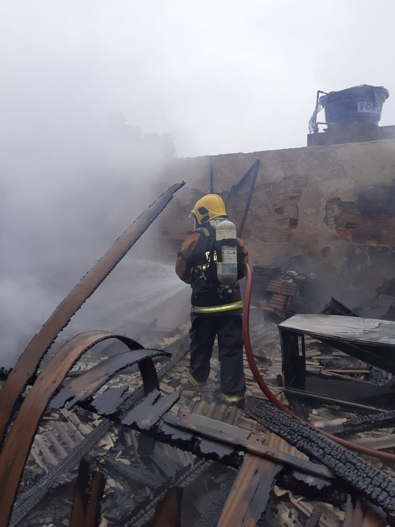 Casa ficou completamente destruída pelas chamas - Corpo de Bombeiros Militar/Divulgação