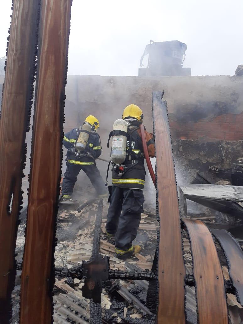 Corpo de Bombeiros Militar e Bombeiros Voluntários atuaram no combate às chamas - Corpo de Bombeiros Militar/Divulgação