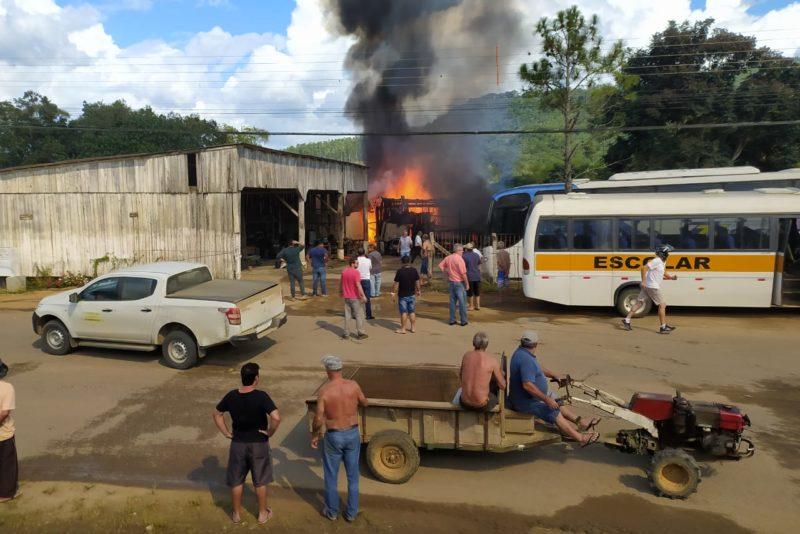 Empresário fica ferido ao tentar salvar veículo de incêndio em SC – Foto: Divulgação/ND