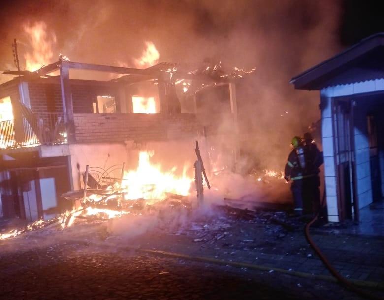 Incêndio destruiu duas casas em Videira - Corpo de Bombeiros/Divulgação