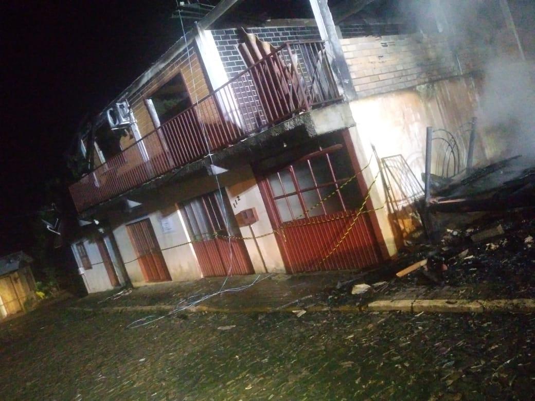 Edificação com três apartamentos também foi atingida durante incêndio - Corpo de Bombeiros/Divulgação