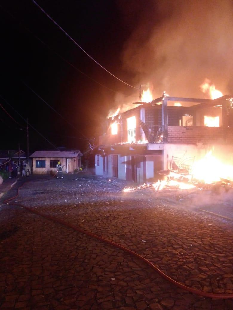 Casa de madeira ficou completamente destruída em incêndio - Corpo de Bombeiros/Divulgação