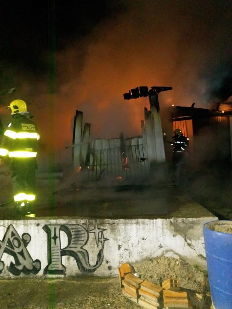 Bombeiros atenderam duas chamadas de incêndio em uma residência e uma casa noturna - Corpo de Bombeiros/Divulgação
