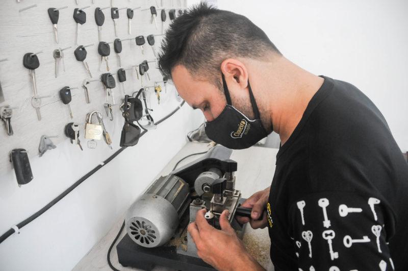 Isaias Virtuoso tem 40 anos e é chaveiro – Foto: Leo Munhoz/ND