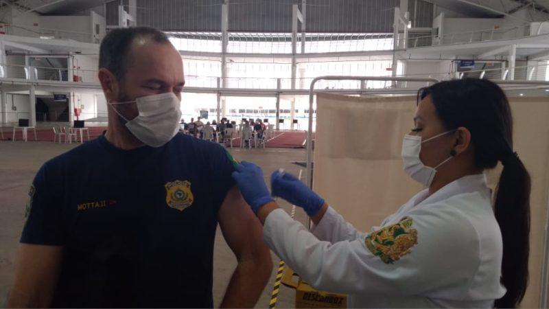 Vacinação de policiais Civis, Militares, Rodoviários Federais e Bombeiros começou em abril – Foto: Elaine Pessoa/Prefeitura de Itajaí/Divulgação