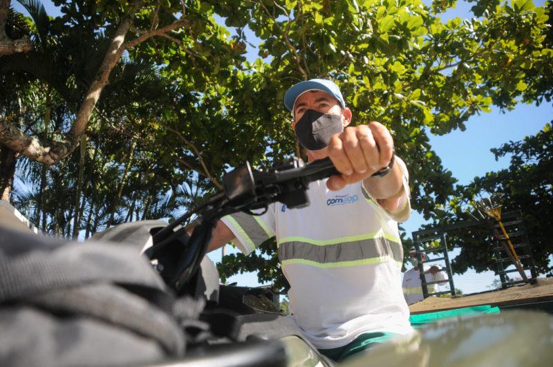 Joel Salvio tem 45 anos e trabalha como auxiliar de operações limpeza de praia – Foto: Leo Munhoz/ND