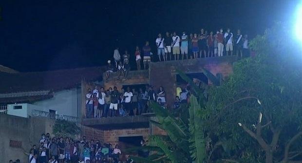 Torcedores se aglomeraram em laje de uma casa próxima do estádio – Foto: TV Globo/Reprodução