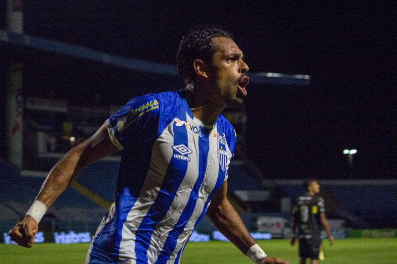 Júnior Dutra comemora gol contra o Cascavel