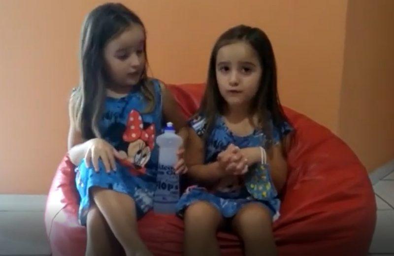 Ainda não sabe como se proteger da Covid-19? As gêmeas Kamilly e Alana, de Mafra, gravaram um vídeo super fofo ensinando os cuidados com a doença e viralizaram na região – Foto: Arquivo pessoal/ND