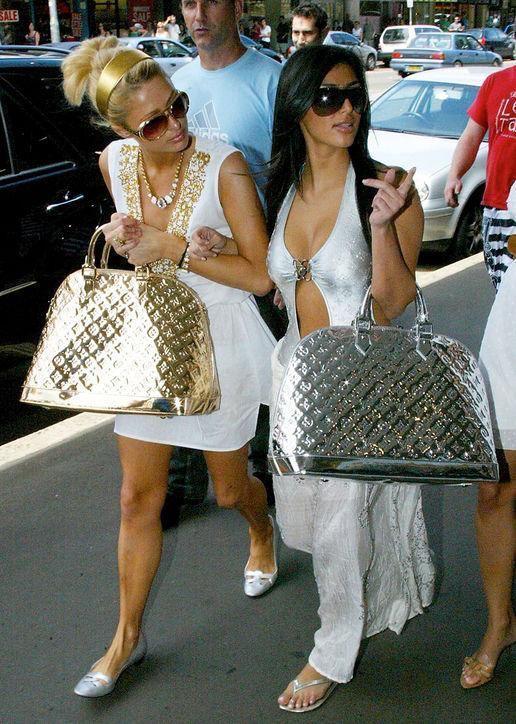 Kim com sua amiga Paris Hilton na época pré-Kanye em que usava brilhos e silhuetas bem definidas – Reprodução / Pinterest/ ND