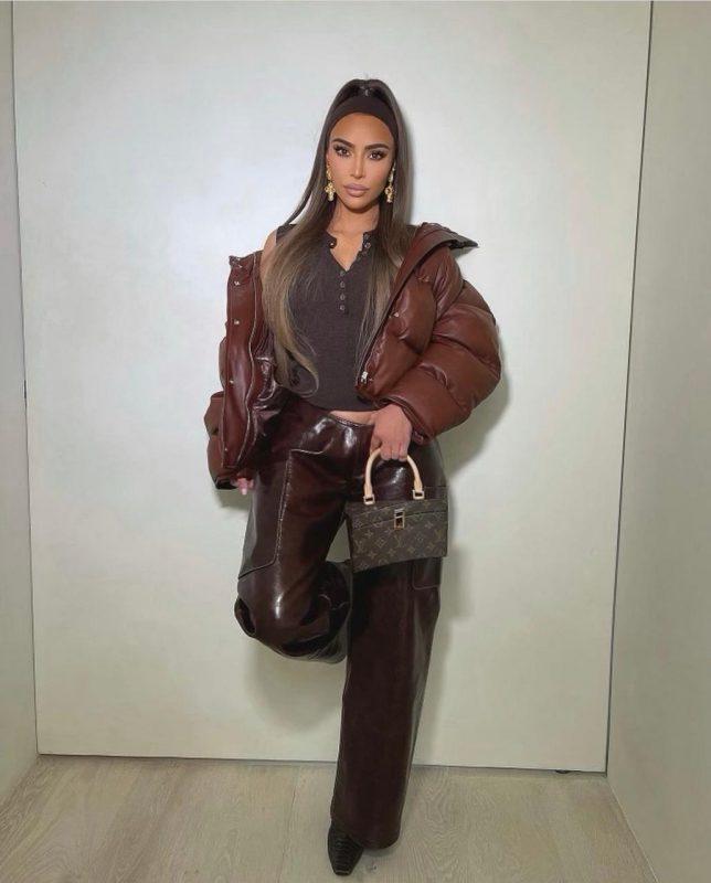 Kim de calça longa, com top mais estruturado, jaqueta e nenhum tipo de decote – Reprodução/ Instagram Kim Kardashian/ ND