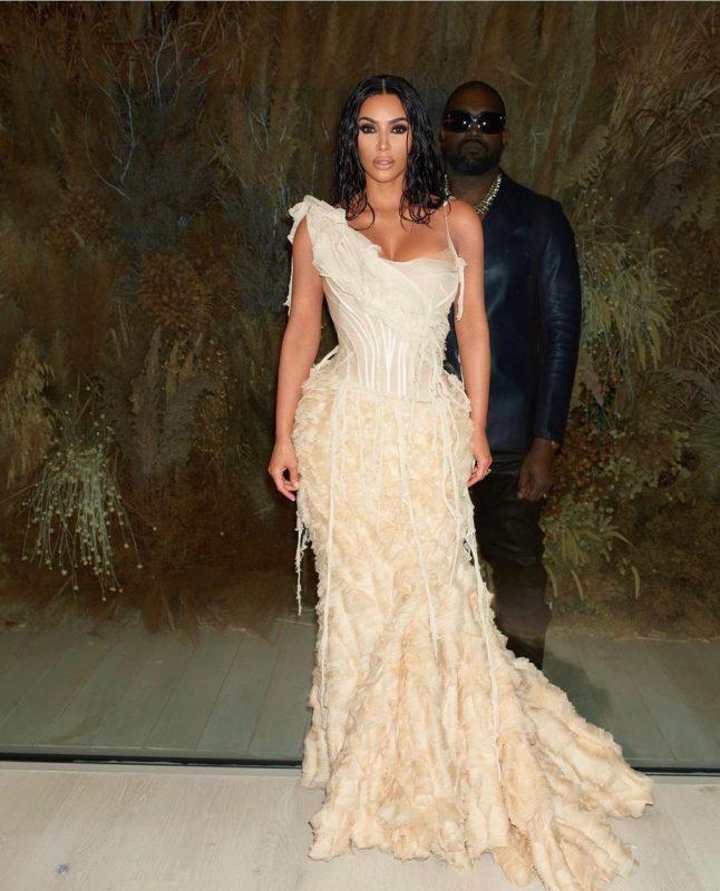 O casal, Kim Kardashian e Kanye West, ela com um vestido assinado pelo estilista Alexandre McQueen que foi escolhido de acordo com os estilistas do marido. – Reprodução/ Instagram Kim Kardashian/ ND