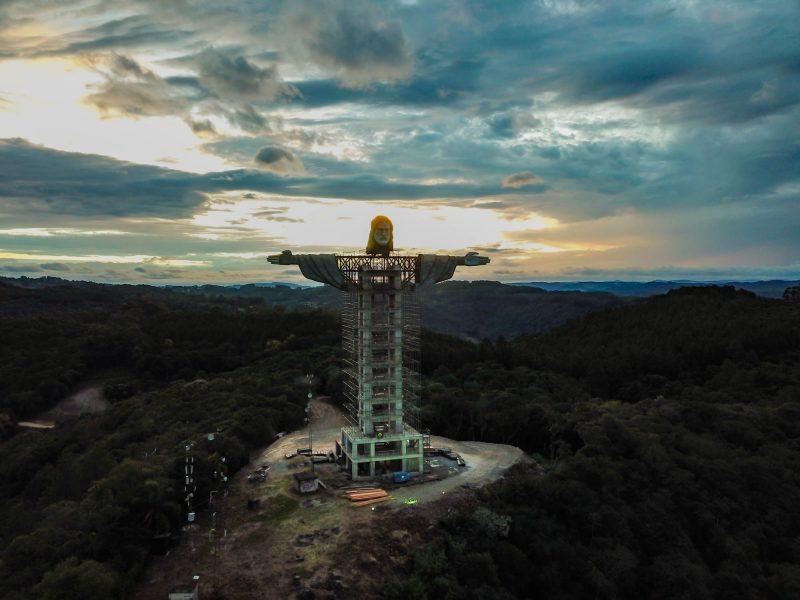 O monumento que promete ser a maior escultura do Cristo Redentor no Brasil está em construção no município de Encantando, no Rio Grande do Sul. – Foto: Konce Agência/Divulgação/ND