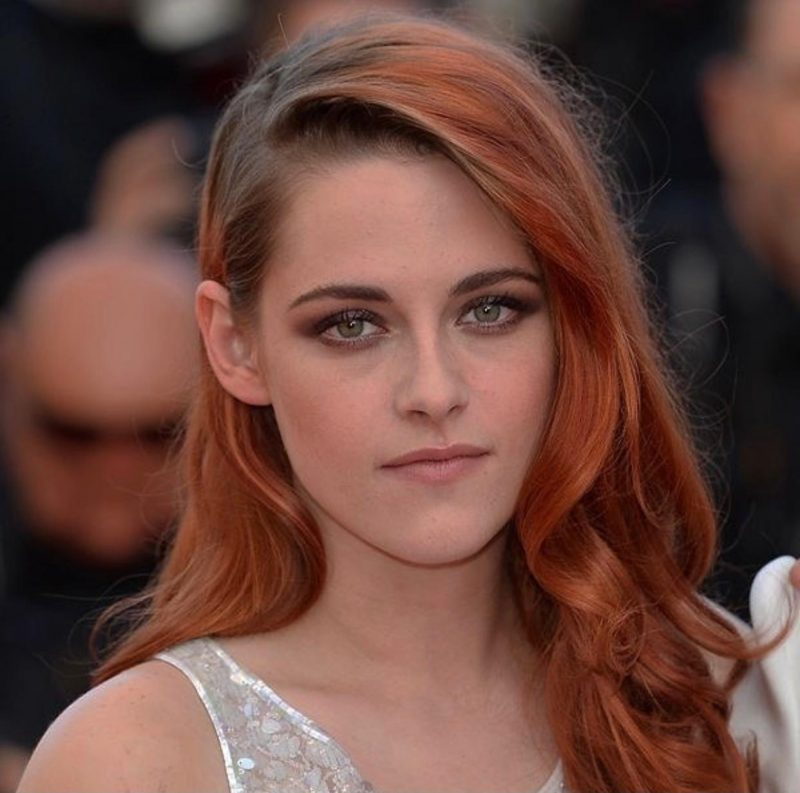 Kristen Stewart, a atriz americana que ficou ultra mega conhecida por ter sido a protagonista da Saga Crepúsculo, tingiu seu cabelo de ruivo. Nesta foto mesmo dá para notar o tom da sua raiz que puxa para um tom castanho claro. – Reprodução/ Instagram Kristen Stewart/ ND