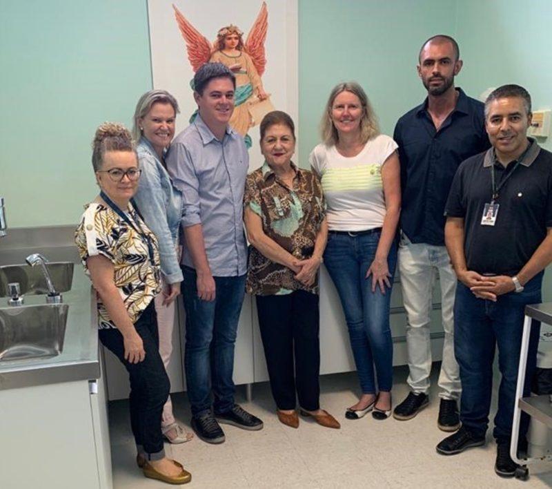 Linda Koerich (centro) com a equipe do Hospital Regional de São José, na entrega de uma das obras proporcionadas pela Ação Linda – Foto: Divulgação/ND