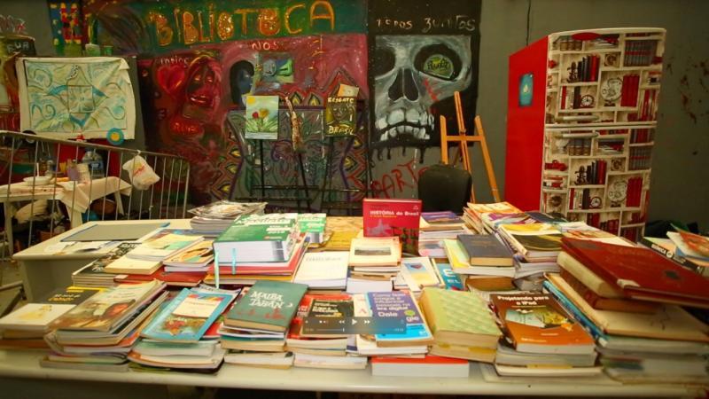 Uma pequena biblioteca foi estruturada há um ano dentro da passarela – Foto: PMF/Divulgação/ND