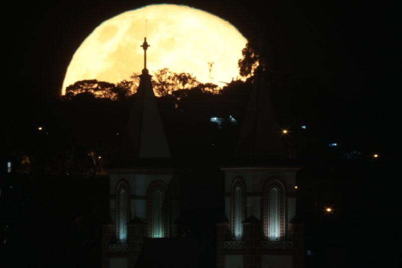 Nascer da lua e Catedral Santo Antônio em 2014 – Foto: Diego de Bastiani/Especial/ND