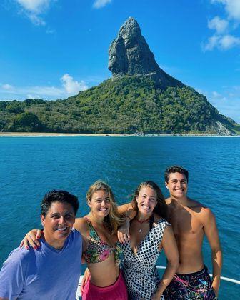 """Dos pais, Cesar e Elaine, Luigi disse que herdou o gosto pelas viagens. """"Sou apaixonado por viagens em família. É uma coisa que a gente não consegue largar. Quando dá, a gente quer sair, quer viajar juntos, nos divertir, conhecer lugares novos. O último lugar que nós fomos foi Fernando de Noronha, que foi maravilhoso. Não sabia que o Brasil tinha um lugar tão lindo como lá"""", disse – Foto: Reprodução/Instagram/ND"""
