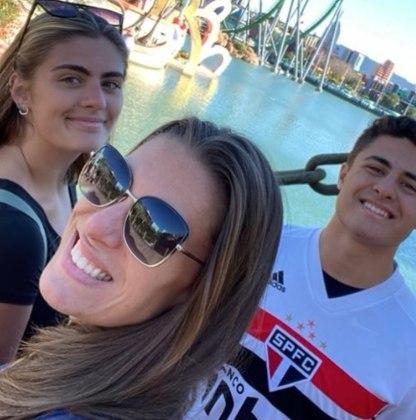 """A camiseta entrega o time de coração: """"Eu sou são paulino roxo. Isso foi uma coisa que o meu pai passou para mim, desde pequeno ele sempre me levou para o estádio. Eu vejo todos os jogos, eu choro pelo São Paulo, eu sou um torcedor doido, mesmo. Perdendo ou ganhando, sempre é um canhão de emoções que eu vivo"""" – Foto: Reprodução/Instagram/ND"""