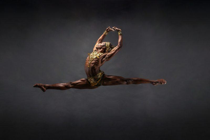O bailarino Luis Fernando Rego é carioca, superou desafios, formou-se no Bolshoi em Joinville e agora vai alçar voos ainda mais altos: ele foi contratado por uma companhia da Dinamarca e deve fazer as malas para o país europeu ainda em abril – Foto: Alinne Volpato