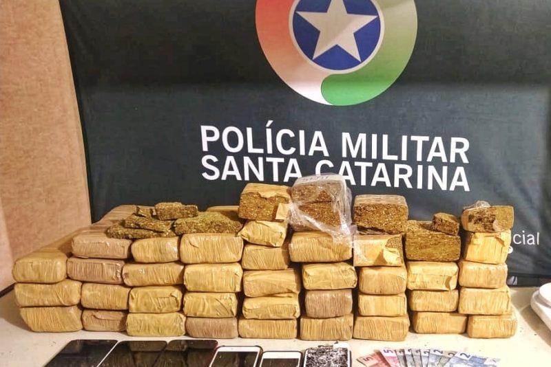Cerca de 18 quilos de maconha foram apreendidos – Foto: Divulgação/PM Blumenau