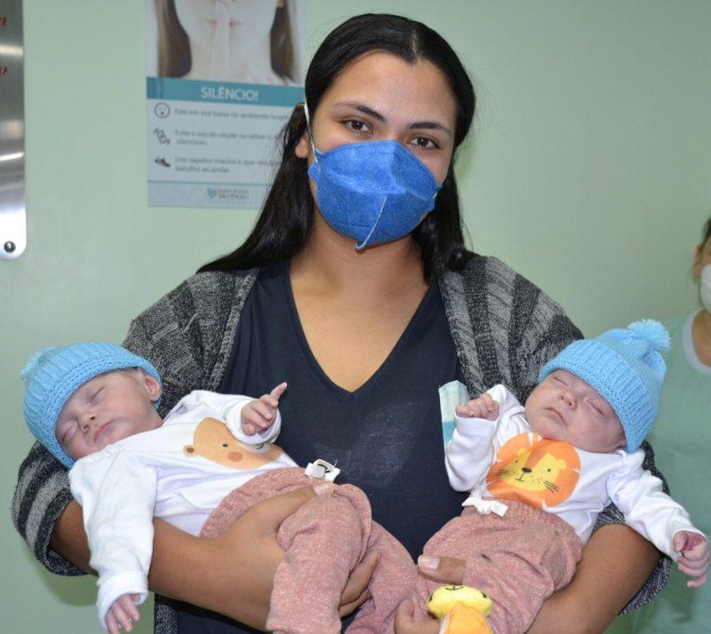 Gêmeos prematuros extremos e a mamãe Letícia foram para casa