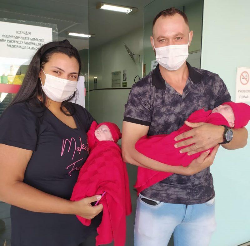 Gêmeos prematuros extremos e a mamãe Letícia foram para casa com o papai
