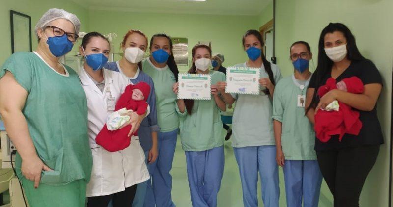 Gêmeos prematuros extremos com a mãe Letícia e a equipe do hospital