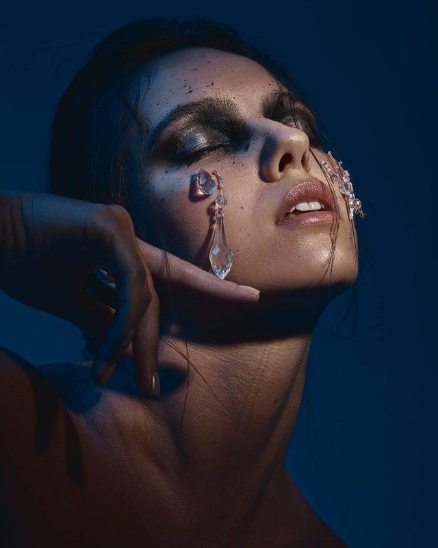 Maquiagem feita por Carol com glitter e uso de cristais.- Reprodução/ Acervo Carol Barraganha; Foto por Leonardo Cunha/ND