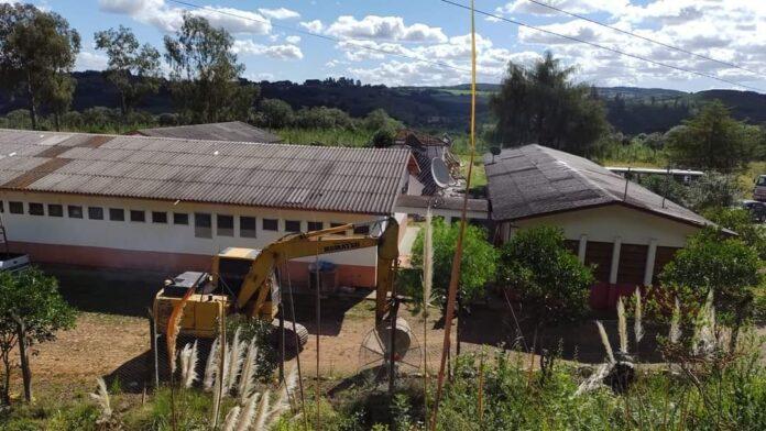 Máquina demoliu toda a estrutura, que atendia mais de 100 estudantes – Foto: Luciane Carminatti/Reprodução