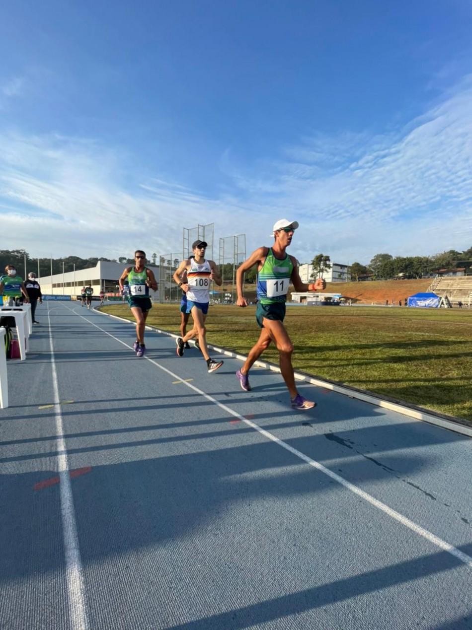 Matheus Gabriel de Liz (branco) cravou o tempo de 1h20min49seg nos 20 km da marcha atlética, no Torneio Nacional disputado em Bragança Paulista. - Divulgação/ND