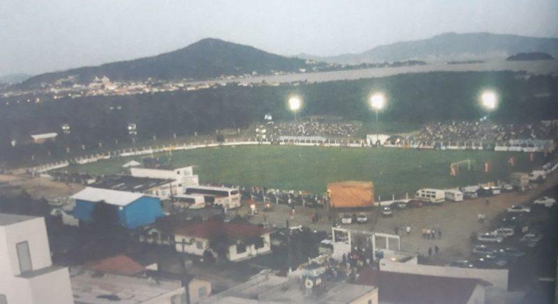 Em 2004, o estádio Renato Silveira, no centro de Palhoça, viveu uma noite de gala, inesquecível. A torcida invadiu as arquibancadas para assistir a vitória do Guarani sobre o Figueirense por 1 x 0, gol de Ramon. – Foto: Guarani de Palhoça, 90 anos/reprodução/ND
