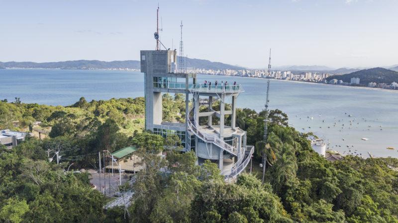 O Mirante do Encanto possui uma vista em 360 graus de Itapema. Localizado a 156 metros acima do nível do mar, o local é parada obrigatória por quem passa na cidade – Foto: Prefeitura de Itapema/Divulgação