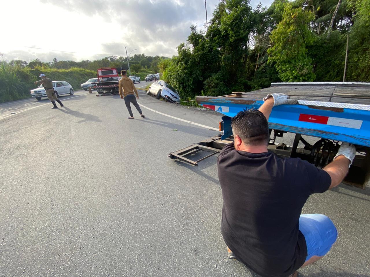 Veículo já está sendo removido, mas o trânsito requer atenção dos motoristas - Moisés Stuker/NDTV Blumenau