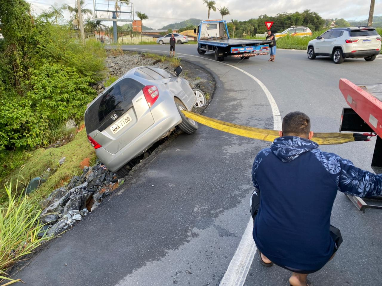 Motorista que levava o filho para a escola perdeu o controle e saiu da pista - Moisés Stuker/NDTV Blumenau