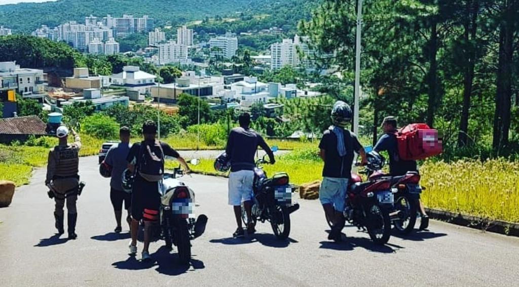 Segundo o que foi repassado, o grupo estaria realizando manobras perigosas e malabarismos com os veículos nas proximidades da SC-404, no bairro Itacorubi, em Florianópolis. - PMRv/Divulgação/ND